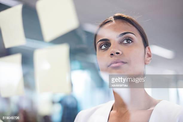 Aborigene donna pensando di nuove idee