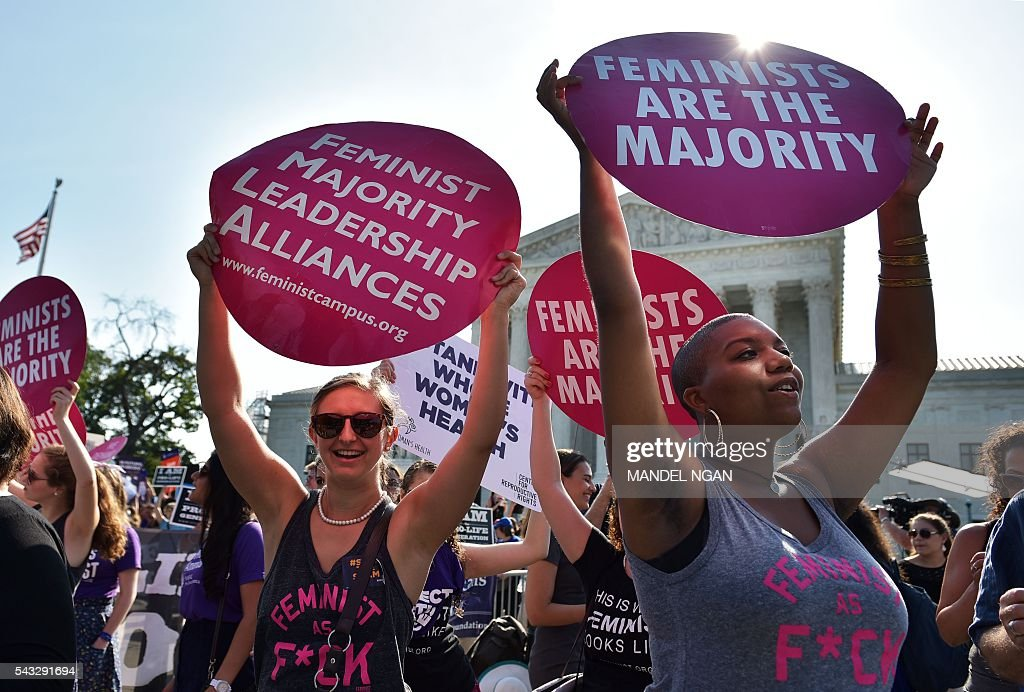Abortion rights activists hold placards outside of the US Supreme Court ahead of an expected ruling on abortion clinic restrictions on June 27, 2016 in Washington, DC. / AFP / MANDEL