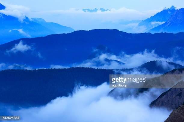 Über idyllische bedeckt Nebel Tre Cime di Lavaredo Pinnacle und Auronzo di Cadore unter Wolkengebilde über dem Pustertal, dramatischer Himmel, Wolken, massiv-Gebirge in der stimmungsvolle Dämmerung, dramatischen Panorama und majestätischen Dolomiten, Italien Tirol Alpen