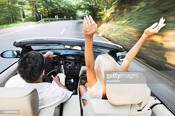Vista superior de casal a condução do veículo.