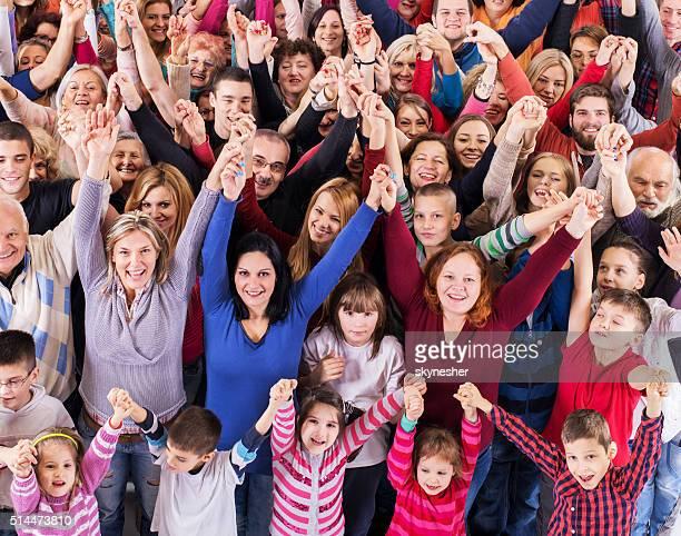 """Vue plongeante d """" un joyeux groupe de personnes tenant les mains."""