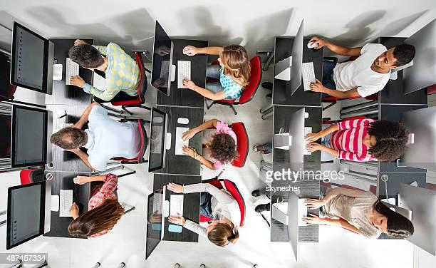 上から見る、学生グループのコンピュータラボます。