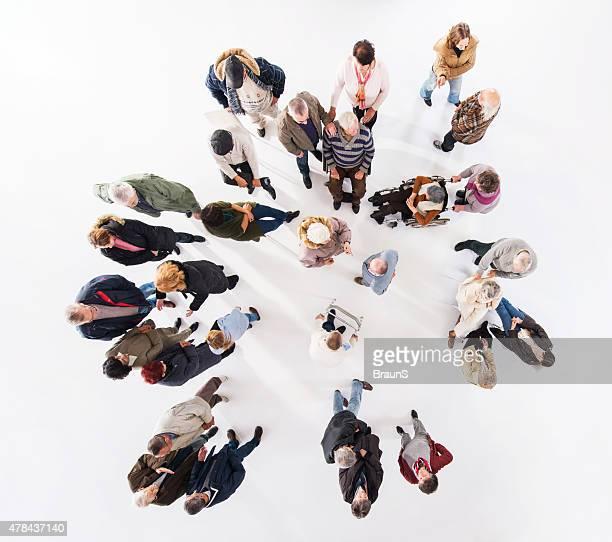 Luftaufnahme der große Gruppe von glücklichen Senior Kommunikation.