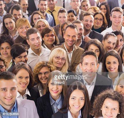 Vista de arriba de gran grupo de gente de negocios sonriendo.