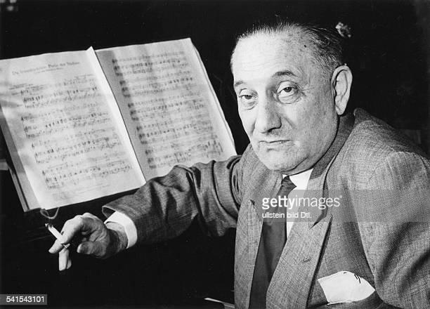 Abraham Paul *02111892Komponist Ungarn sitzt vor einem Klavier mit aufgeschlagenen Notenblaettern undatiert