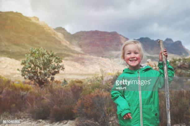 Fille mignonne absolue avec bâton de randonnée