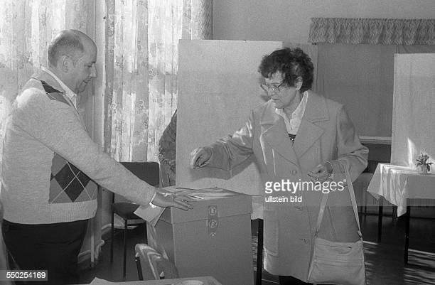 Abstimmung in einem Wahllokal in BerlinPrenzlauer Berg anlässlich der ersten freien Wahlen zur Volkskammer in OstBerlin