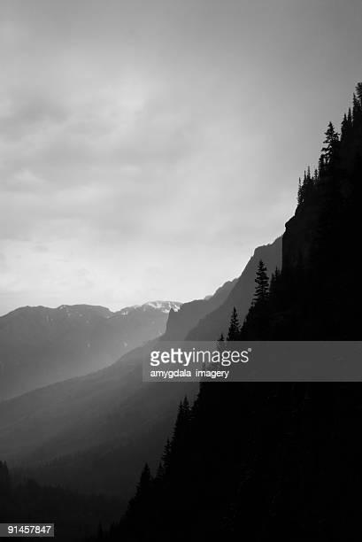 Abstrakte Landschaft Gebirgskämme in schwarz und weiß