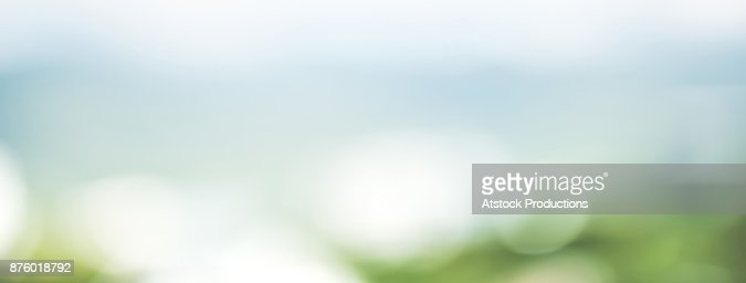 Abstract simple clean natural blur white green bokeh background with light blue shade in the middle : Foto de stock