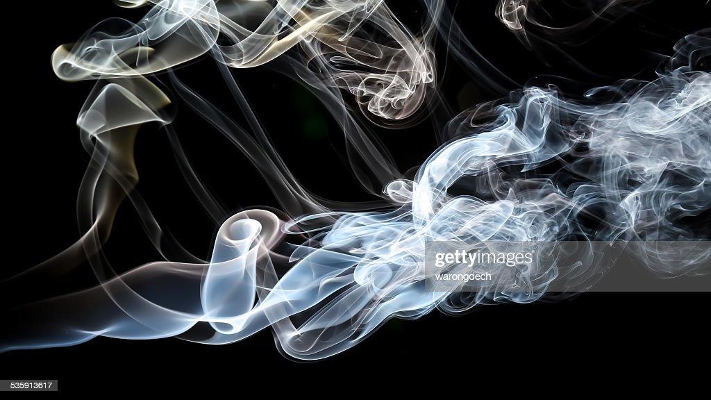 Abstracto humo blanco sobre fondo negro. : Foto de stock