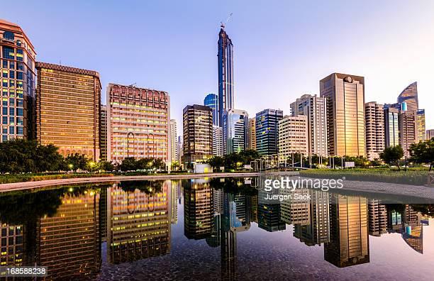 Panorama du centre-ville d'Abou Dhabi et de la Corniche reflets