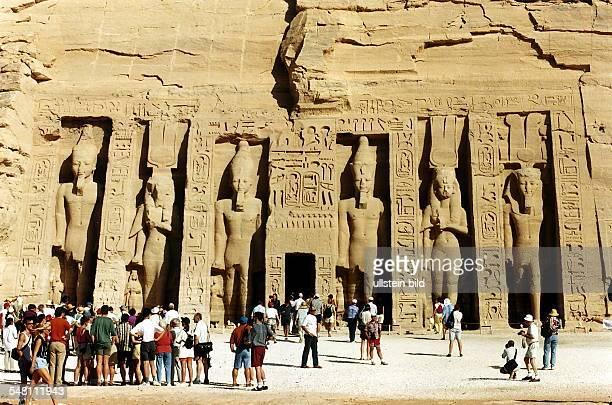 Touristen vor kleinem Tempel 101996