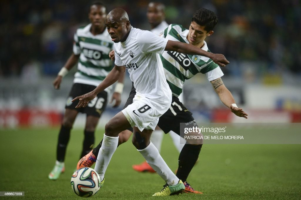 Academica's Brazilian midfielder Makelele (L) vies with Sporting Colombian forward Fredy Montero during the Portuguese league football match Sporting vs Academica at the Alvalade stadium on February 2, 2014. The game ended in a draw 0-0. AFP PHOTO/ PATRICIA DE MELO MOREIRA