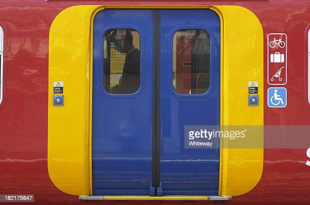 アクセスドアを介して、鮮やかな色で overground 鉄道