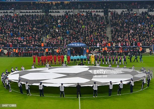 AchtelfinalRückspiel Saison 2012/2013 Die beiden Mannschaften gehen durch das Tor auf das Spielfeld waehrend dem UEFA Champions League 1/8 Finale...