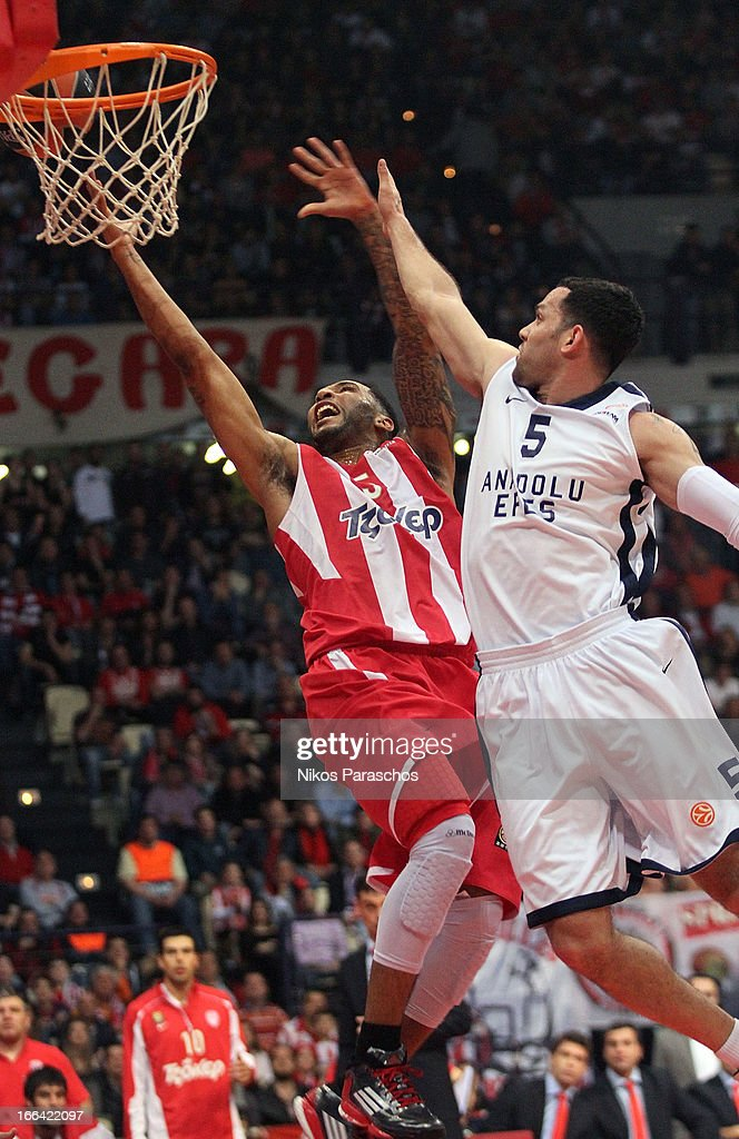 <a gi-track='captionPersonalityLinkClicked' href=/galleries/search?phrase=Acie+Law&family=editorial&specificpeople=801584 ng-click='$event.stopPropagation()'>Acie Law</a>, #5 of Olympiacos Piraeus competes with <a gi-track='captionPersonalityLinkClicked' href=/galleries/search?phrase=Jordan+Farmar&family=editorial&specificpeople=228137 ng-click='$event.stopPropagation()'>Jordan Farmar</a>, #5 of Anadolu Efes Istanbul during the Turkish Airlines Euroleague 2012-2013 Play Offs game 2 between Olympiacos Piraeus v Anadolu Efes Istanbul at Peace and Friendship Stadium on April 12, 2013 in Athens, Greece.