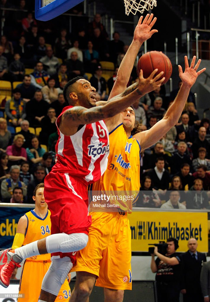 Acie Law, #5 of Olympiacos Piraeus competes with Kresimir Loncar, #10 of BC Khimki Moscow Region in action during the 2012-2013 Turkish Airlines Euroleague Top 16 Date 7 between BC Khimki Moscow Region v Olympiacos Piraeus at Basketball Center of Moscow on February 15, 2013 in Moscow, Russia.