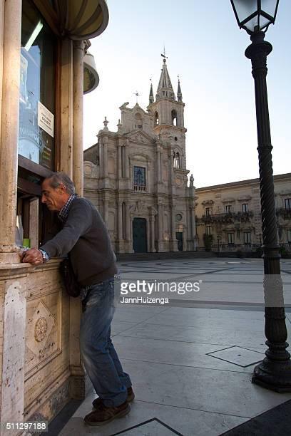 Acireale, Sicilia : Cliente di Spuntino chiosco con Cattedrale di sfondo