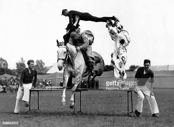 Acrobatie pendant une course hippique à l'occasion du carnaval à Eastbourne RoyaumeUni le 18 juin 1933