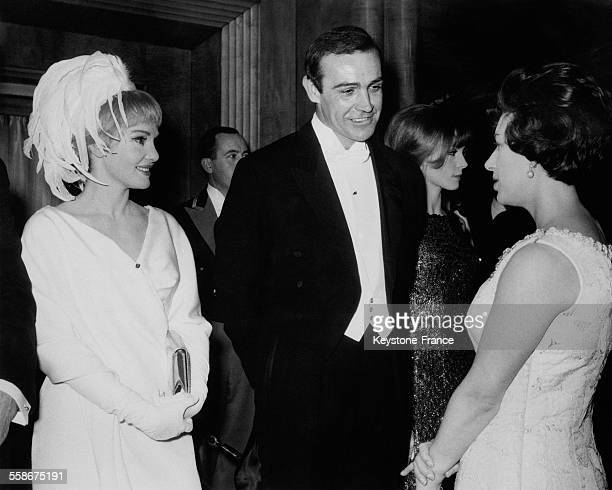 L'acteur americain Sean Connery et son epouse Diane Cliento en conversation avec la Princesse Margaret a l'occasion de la presentation du film...