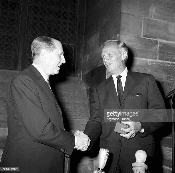 L'acteur américain Richard Widmark recevant des mains de Monsieur Weil viceprésident du Conseil municipal de Paris la médaille de la Ville de Paris à...