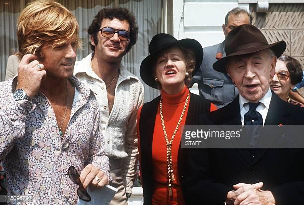 L'acteur américain Robert Redford le réalisateur américain Sydney Pollack le pianiste américain d'origine polonaise Arthur Rubinstein et son épouse...