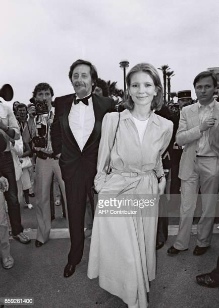 L'acteur français Jean Rochefort et l'actrice Nicole Garcia arrivent le 26 mai 1981 au Palais des festivals de Cannes pour le 34ème festival...