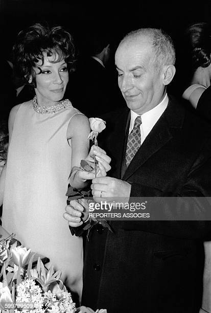 L'acteur français Louis de Funès reçoit une rose circa 1970