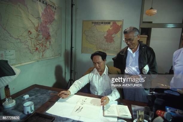 L'acteur Gu Yue prepare son role avant une scene de tournage du film retracant la vie de Mao Tse Toung mis en scene par Cai Jiwei en octobre 1993 en...