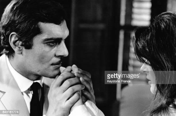 L'acteur égyptien Omar Sharif et l'actrice française Anouk Aimée lors du tournage du film 'The appointment' en 1968 à Rome Italie
