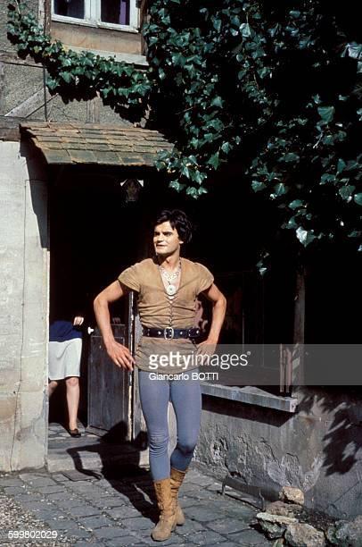 L'acteur JeanClaude Drouot pendant le tournage de la série télévisée 'Thierry la Fronde' circa 1960 en France