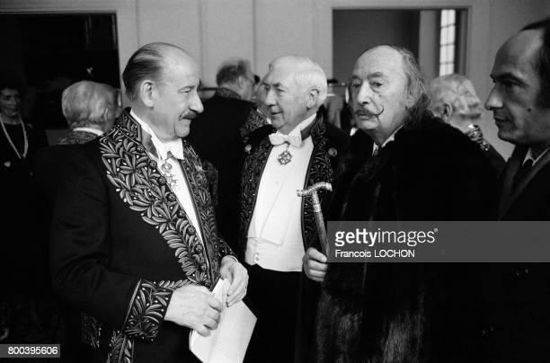 L'acteur Pierre Dux ici avec Salvador Dali à droite fait son entrée à l'Académie des BeauxArts le 29 novembre 1978 à Paris France