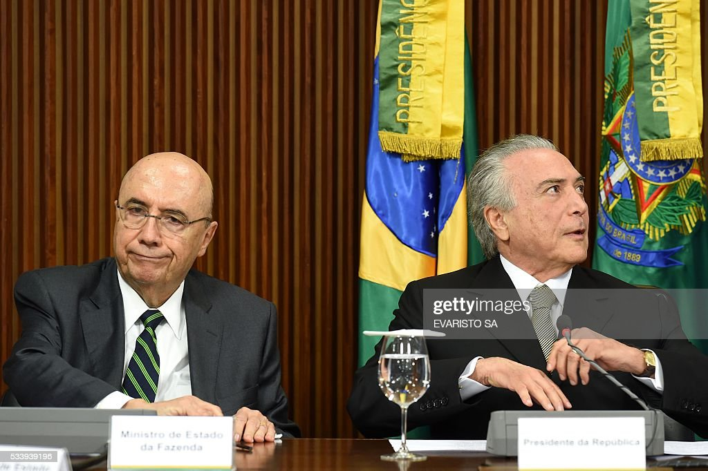 Acting Brazilian President Michel Temer (R) and his Finance Minister Henrique Meirelles during a meeting held with allied party leaders in Congress to present their economic measures at the Planalto Palace in Brasilia on May 24, 2016. / AFP / EVARISTO SA