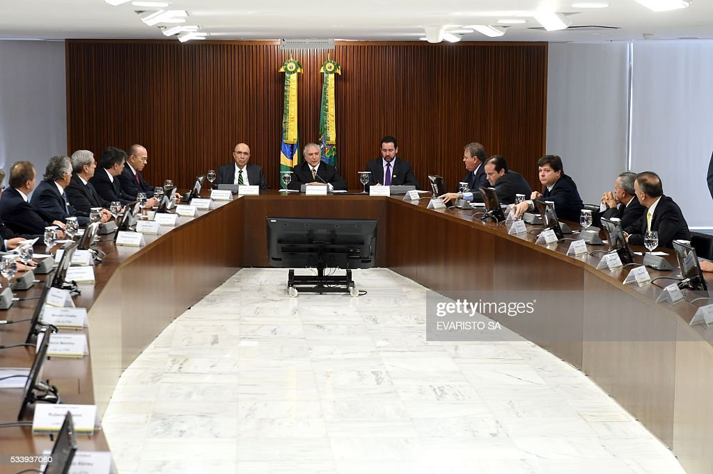Acting Brazilian President Michel Temer (C) presents his economic measures during a meeting with the leaders of allied parties in Congress at the Planalto Palace in Brasilia on May 24, 2016. / AFP / EVARISTO SA