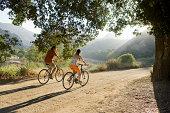 Aktive paar Radfahren auf scenic road ab.