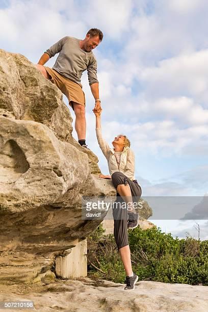Aktive Passform Älteres Paar einander Wandern helfen