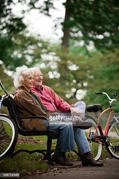 Aktive Senior Paar sitzt auf Park Bench