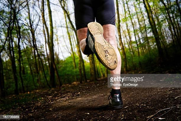 Active, Senior homme Jogging dans le bois