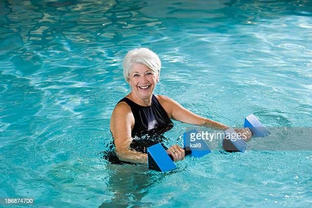 Active Femme âgée faisant gymnastique aquatique
