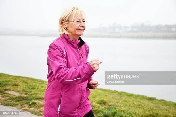 Aktive senior Frau Joggen am See