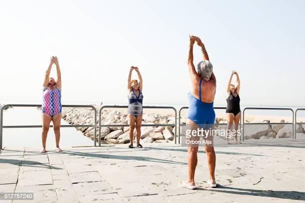Aktive Senioren Dehnung im Freien, fitness-Kurse