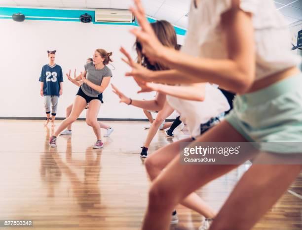 Les adolescentes actives apprendre à danser la chorégraphie