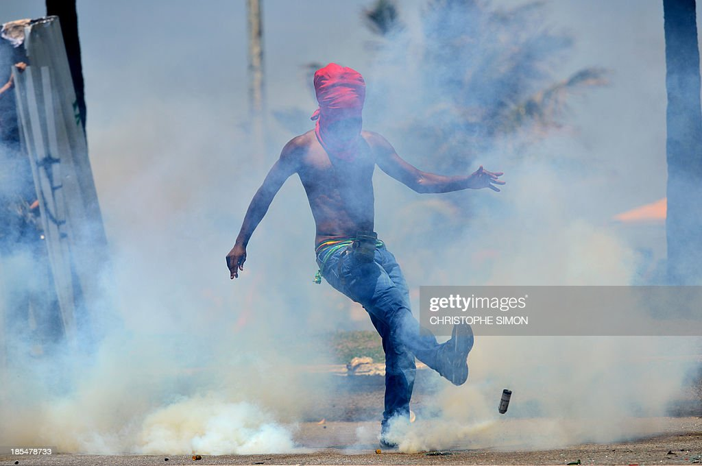 Activists clash with security forces in front of the hotel where Brazil's National Petroleum Agency (ANP) will auction drilling rights to one of the world's largest offshore oil discoveries, in Barra de Tijuca, Rio de Janeiro, Brazil on October 21, 2013. Bidding on the coveted Libra oil field - which contains an estimated eight to 12 billion barrels of recoverable crude - opens Monday with 11 firms vying for a share of production.