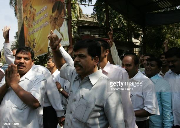 Activists Join Shiv Sena 250 activists of the Maharashtra Navnirman Sena joined the Shiv Sena at Matoshree the residence of Bal Thackeray on Wednesday