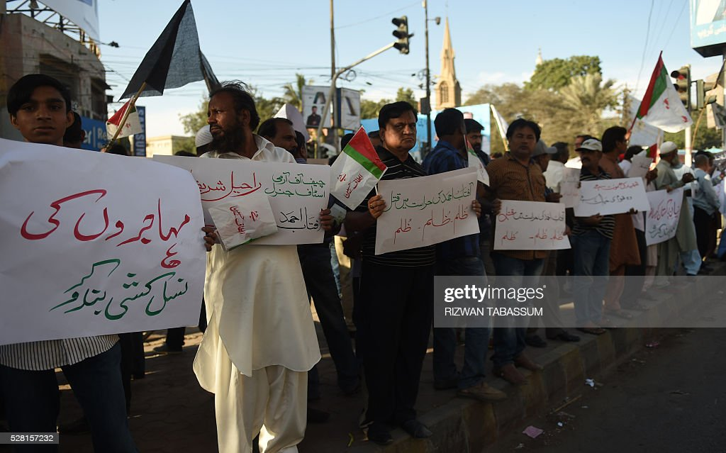 Activists of Muttahida Quami Movement (MQM) hold placards as they stage a protest against the death of an activist Aftab Ahmed, who was custody in the paramilitary Rangers in Karachi on May 4, 2016. Pakistan's powerful army chief ordered a probe into the death of an activist from Karachi's main political party who was in the custody of the city's paramilitary Rangers. / AFP / RIZWAN