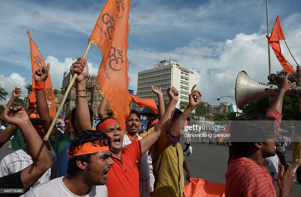 Activists of right wing religious organisations shout anti-Bangladesh government slogans during a protest rally in Kolkata on June 30, 2016. Hundreds of activists shouted slogans against the government of Bangladesh to mark their protest against the recent killings of religious minorities, specially Hindus, in the neighbouring country of Bangladesh. / AFP / Dibyangshu SARKAR