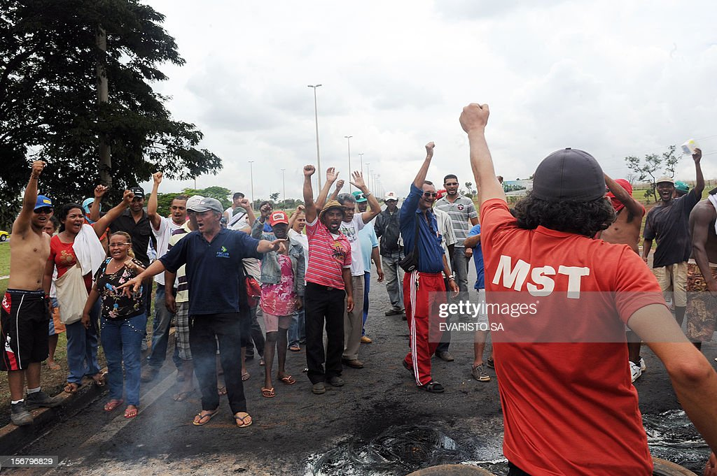 Activists of the Landless Movement (MST) block the BR-020 road that links Brasilia with Sao Paulo and Rio de Janeiro, during a protest asking to speed up the agrarian reform, near Brasilia, on November 21, 2012. AFP PHOTO / Evaristo SA