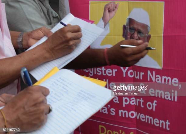 Activists started signature campaign outside Churchgate station to support of social activist Anna Hazare to sit for strong Lokbal bill in Mumbai