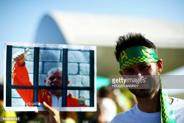 Activists supporting the lavajato anticorruption operation demonstrate against former president Luiz Inacio Lula da Silva in front of the Oscar...