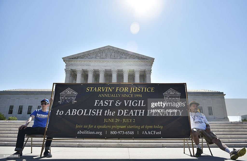 Activists take part in a fast and vigil to abolish the death penalty on June 29, 2016 in front of the US Supreme Court in Washington, DC. / AFP / Mandel Ngan